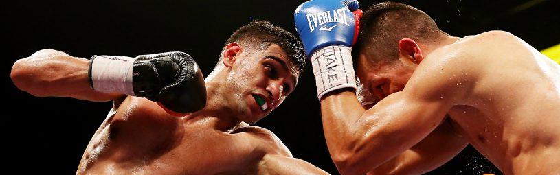 Amir Khan leands a left on  Julio Díaz